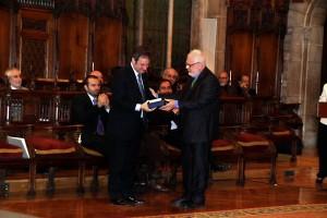 Guillem Correa ofereix a l'Alcalde un exemplar del facsímil 'Lo Nou Testament' i un recordatori de l'acte